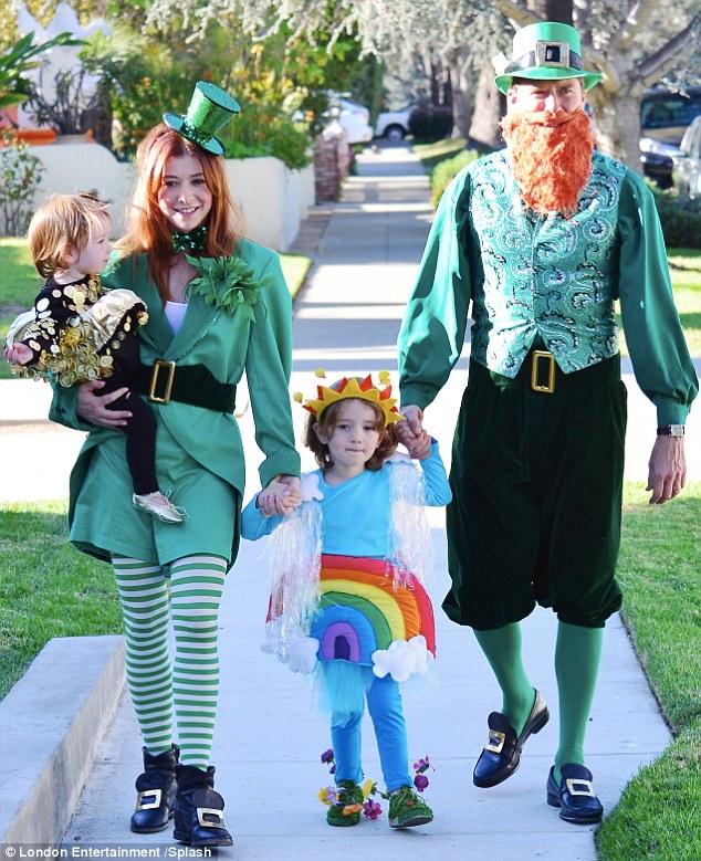 Семья в костюмах лепреконов