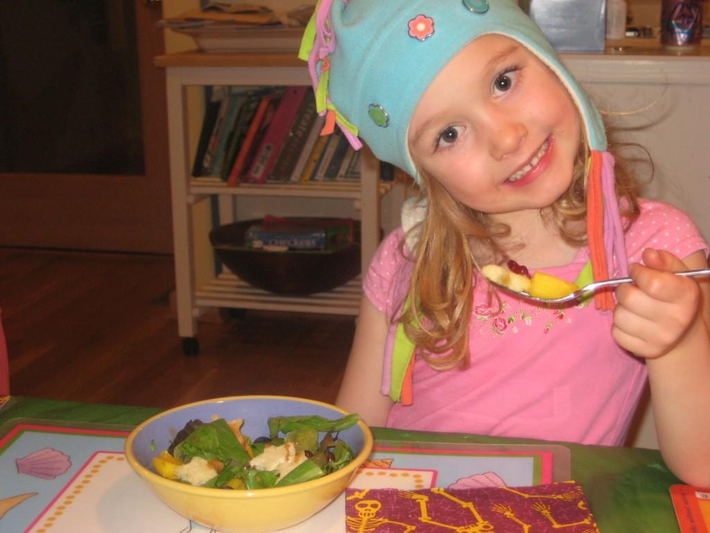 Приготовление салата детьми