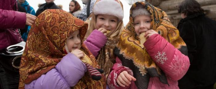 Дети едят блинчики