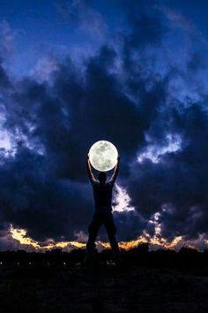 Мужчина держит луну