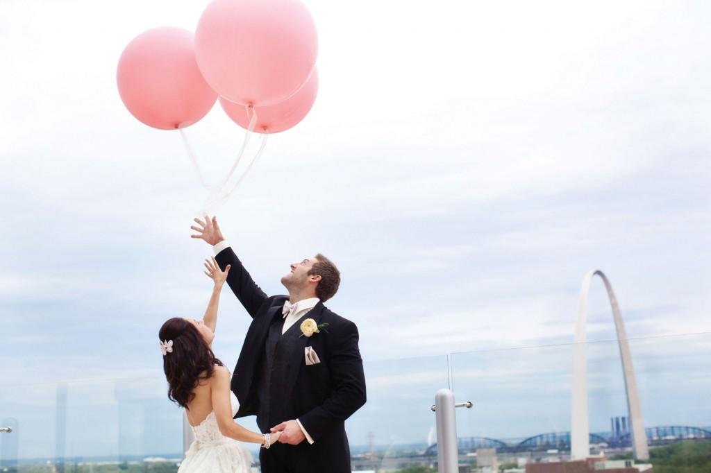 Молодожены с розовыми шарами