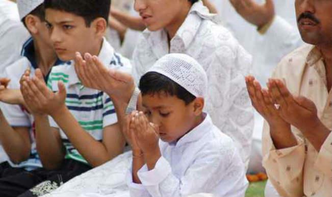 Дети читают намаз на празднике Ураза