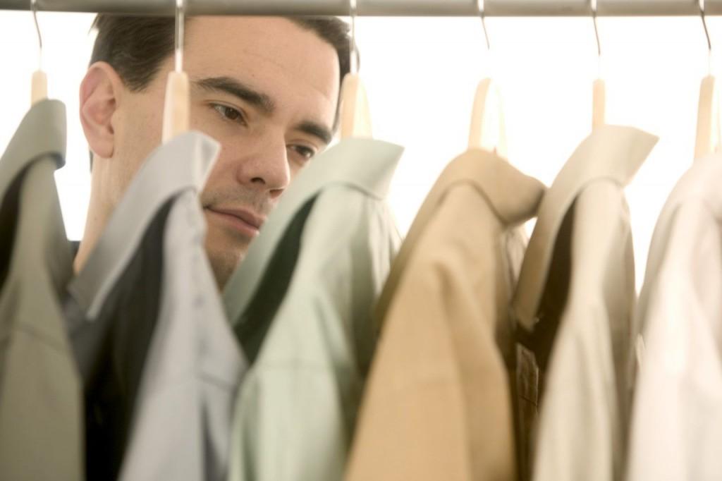 Мужчина выбирает рубашку