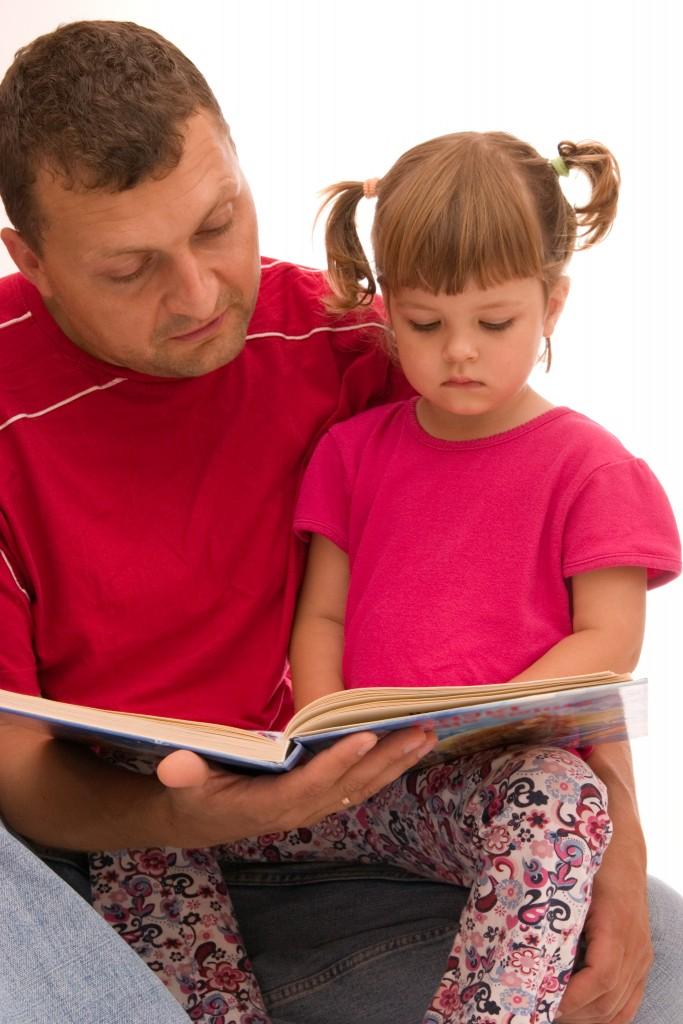 Папа читает дочери