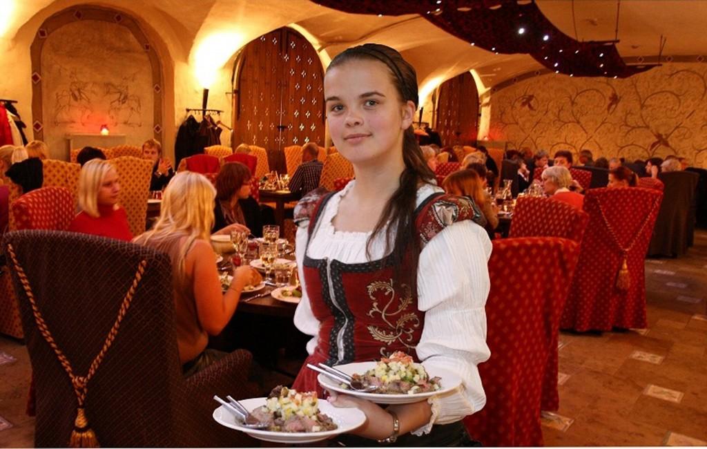 Официантка в русском ресторане