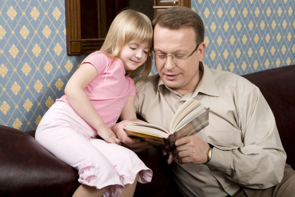 Папа читает дочке