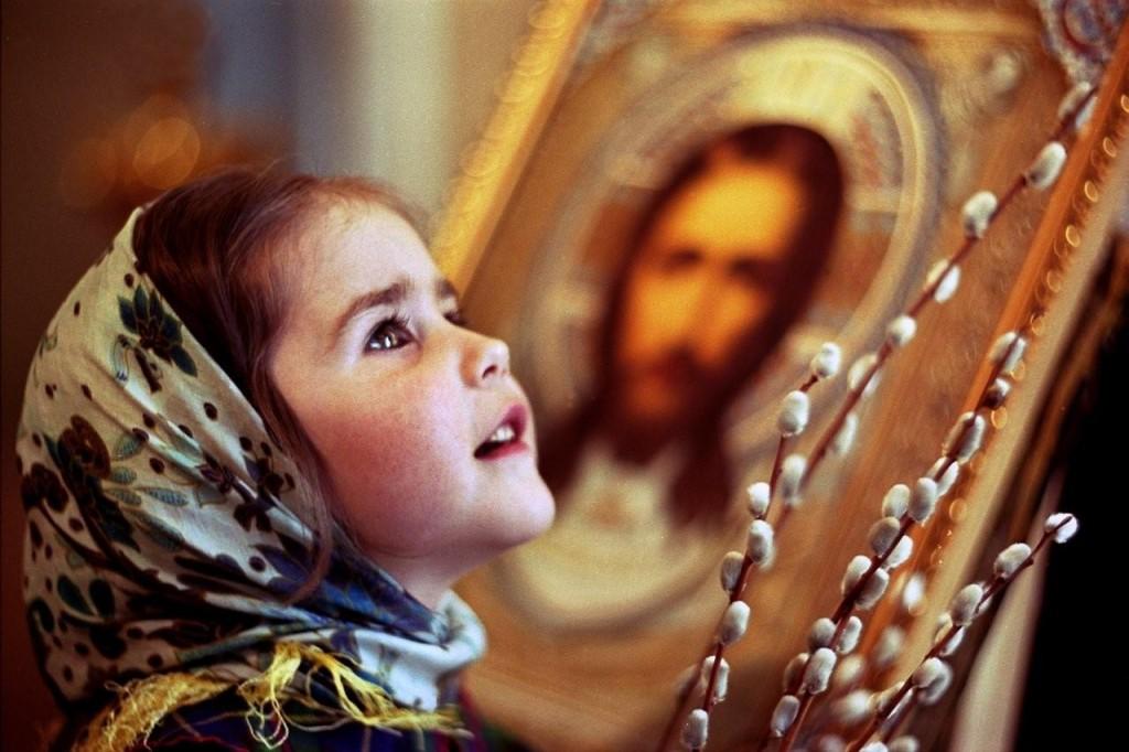 Девочка у иконы