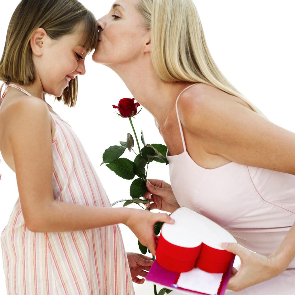 Дочь поздравляет маму