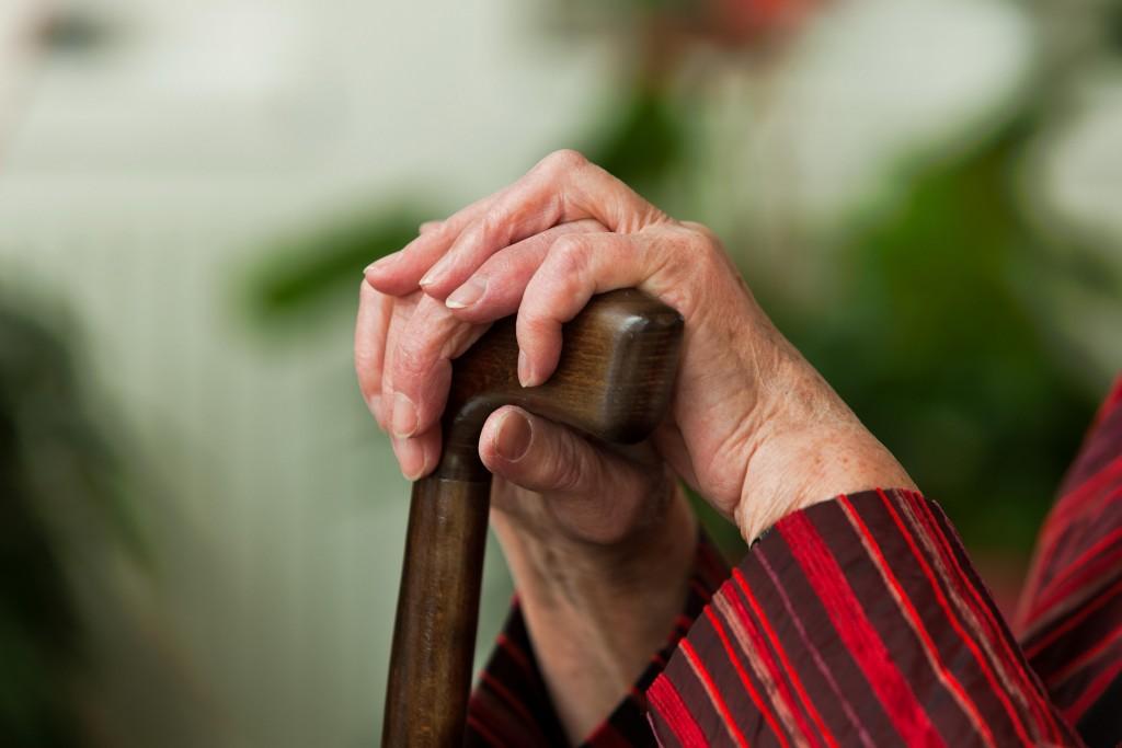 Пенсионер с тростью